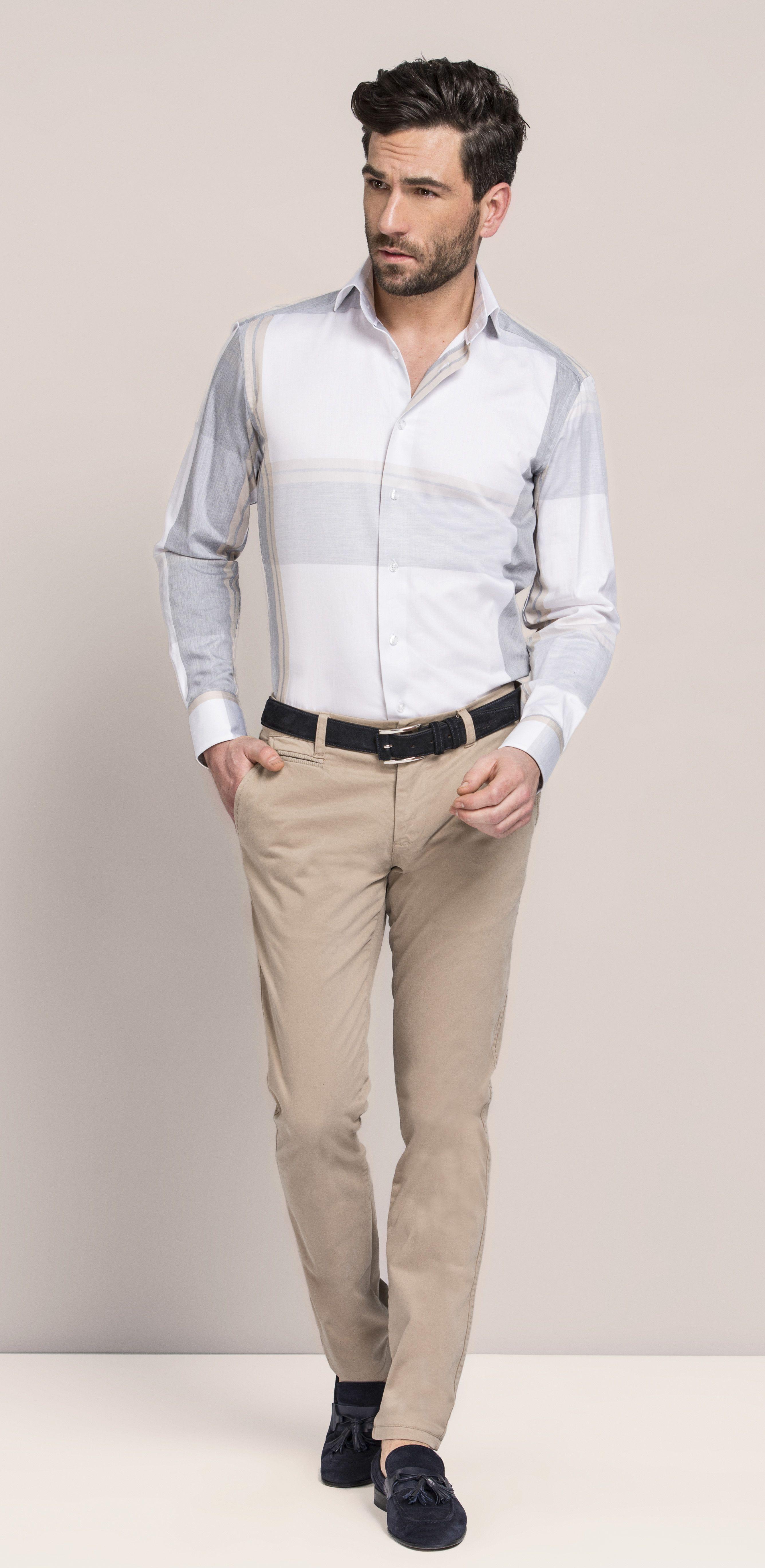 809e264426 Look masculino com camisa social branca e calça bege.