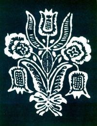 Tulipán vkytici. Vzor používaný vLiptovskej Lužnej na zástere. Výrobok modrotlačiarskej dielne vStarej Ľubovni, 1950. Prevzaté zVydra, J.: Modrotlačiarstvo na Slovensku, obr. 116