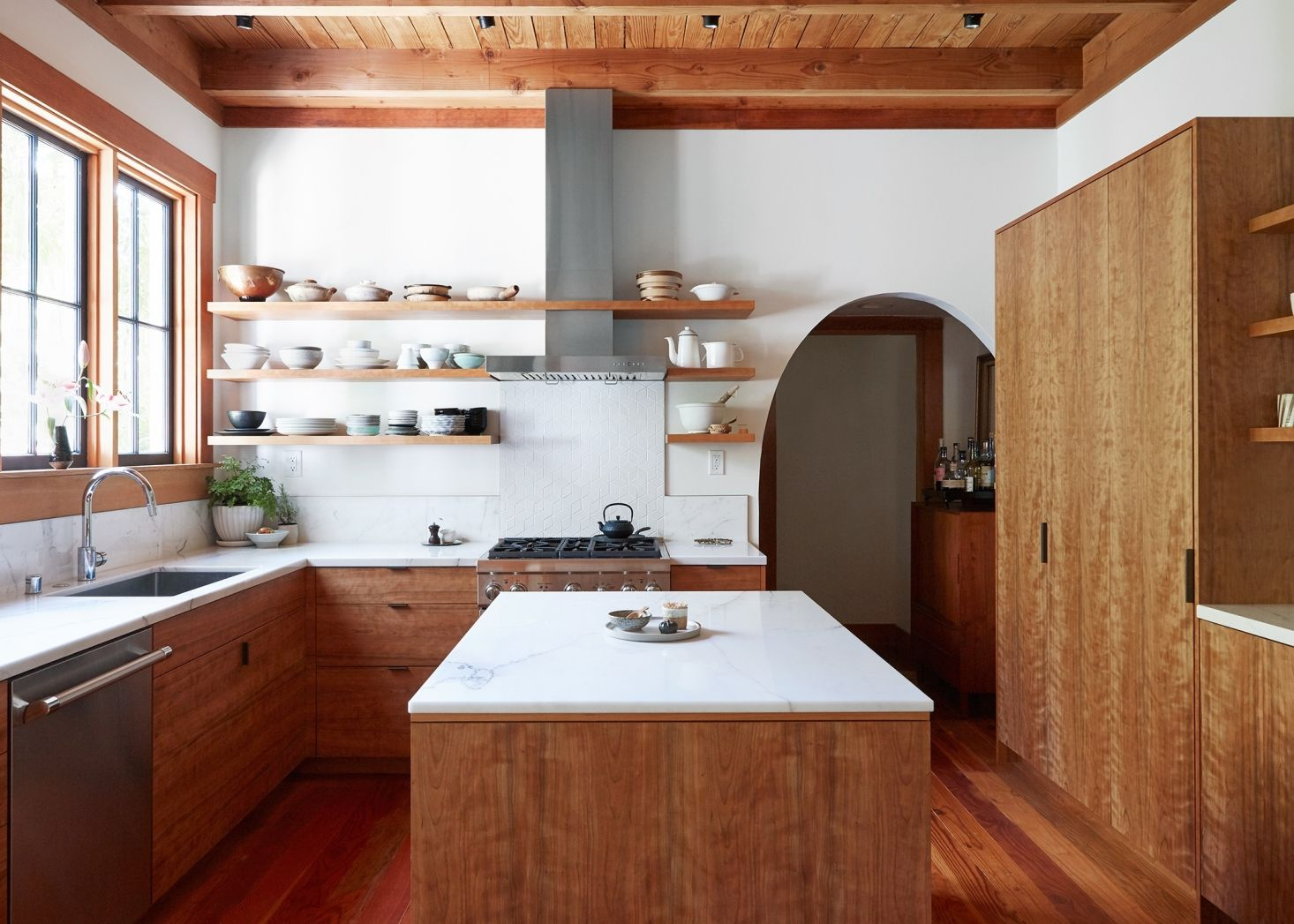 Trend Alert 9 Kitchens With Floor To Ceiling Cabinetry Remodelista Kitchen Remodel Hippie House Updating House