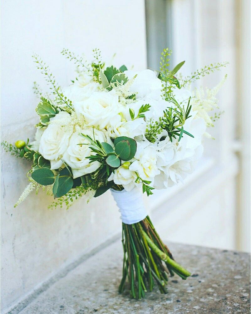 August Wedding: Classic White And Green Bouquet