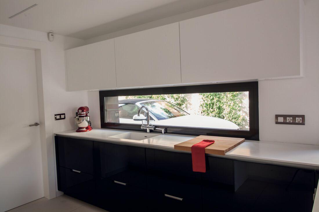 Una luminosa cocina en blanco y negro con península y office | I ...