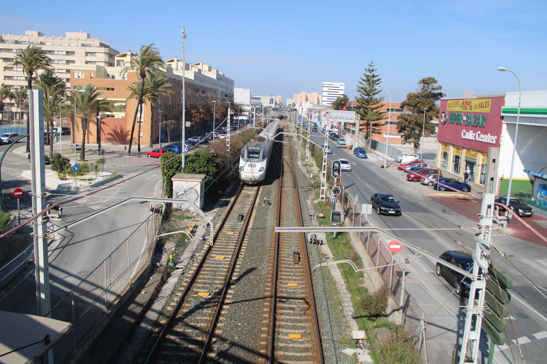 alvia procedente de Cádiz aproximándose al apeadero de Cortadura