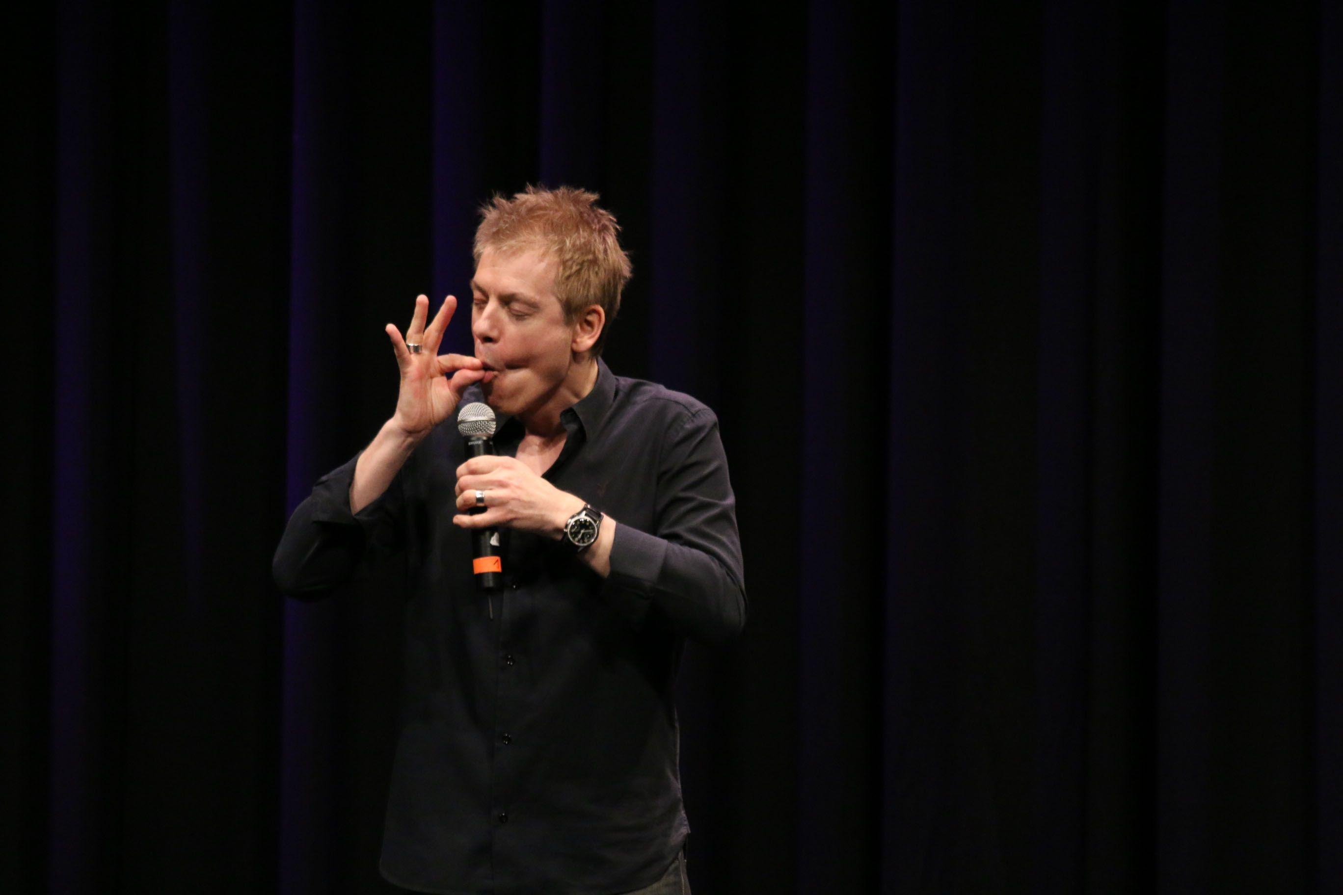 """Die vielen Gesichter des Michael Mittermeier. Bei der Vorstellung """"The Road to Edinburgh"""" im Stadtsaal in Wien am 9.4.2014 um 23:15. Aufgenommen von G.Fuderer"""
