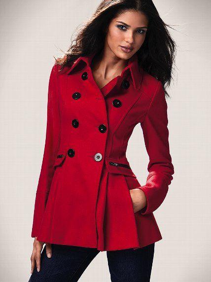Denim, como el cuero, goza de una gran popularidad entre los amantes de la moda y diseñadores. chaquetas de mezclilla se presentaron en varios patrones y siluetas. En las nuevas colecciones, se puede encontrar chaquetas de la chaqueta, capas largas, chaquetas deportivas y diseños casuales.