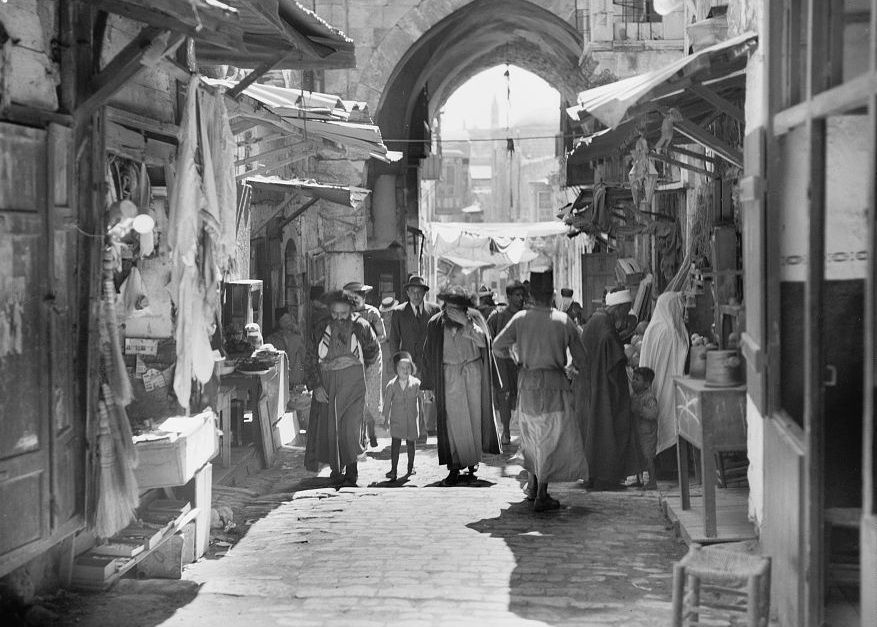 men walking in the Old City shuk (circa 1935) | via הַשַּׁמְרָן Israel Right Wing • https://www.pinterest.com/pin/304626362271682701/
