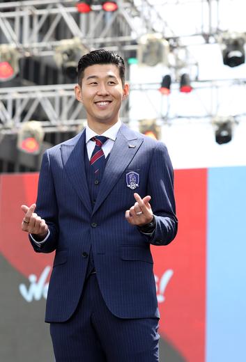 Hasil gambar untuk son heung-min formal