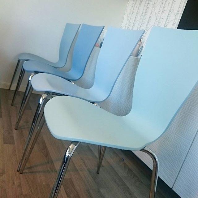 Da har endelig flere stoler fått farge  Blander meg frem til fargene, med Retroblå, Flaskepost og Klassisk hvit // Painted two more chairs  #stoler #spisestuestoler #furnituremakeover #jotunlady #maling #somnyigjen #kreasiwinspo #interiør #interior #rom123 #kk_living #boligpluss #detnyeinteriør #blå #mintgrønn #retroblå #flaskepost #bohus