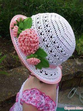 ba74ed945f69c Patrón para tejer sombrero de niña a crochet en hilo de color blanco. Ver  más