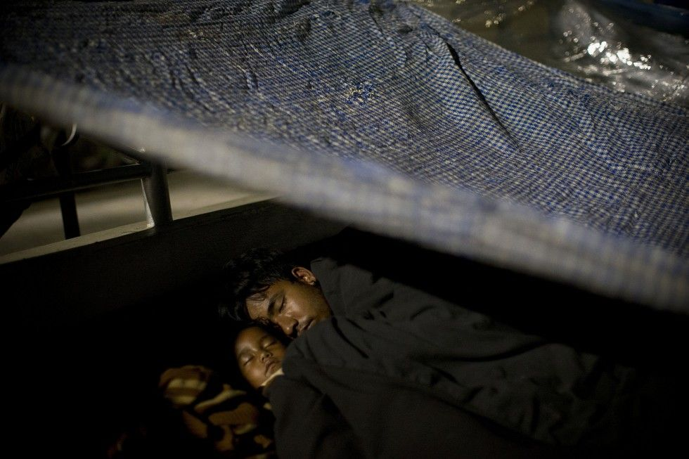 A family takes a shelter under a sheet in Kathmandu -photo Bernat Amangue