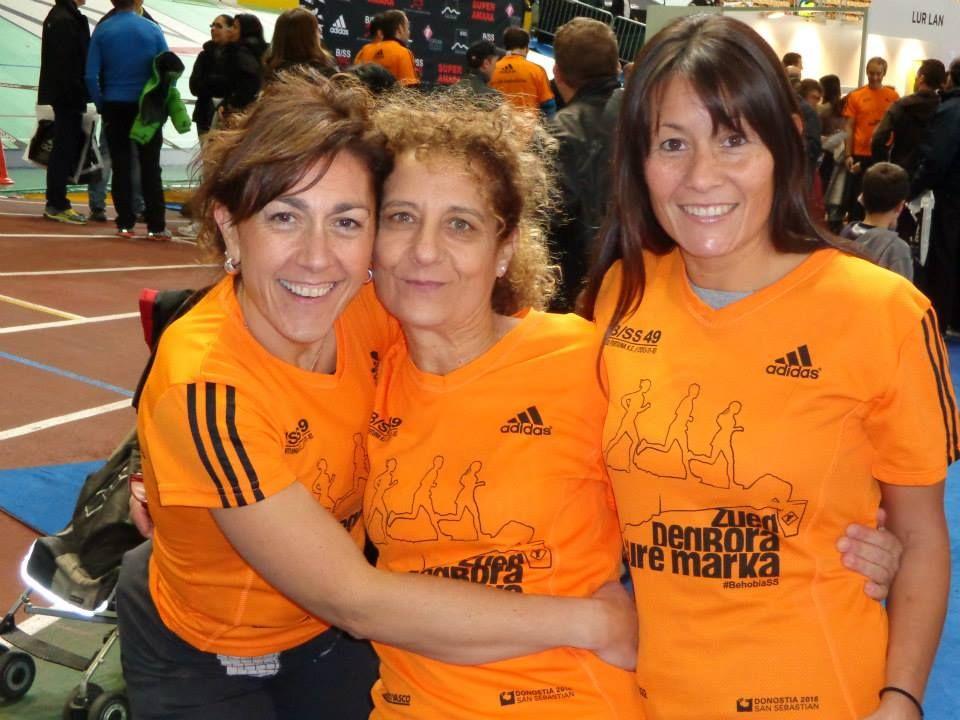 Rosa Mª Garrido Vendrell con Idoia Vélez de Mendizábal y Marcela Pérez, quiromasajista.