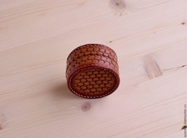 Купить или заказать Шкатулка кожаная в интернет-магазине на Ярмарке Мастеров. Шкатулка , кейс из кожи растительного дубления. Можно использовать для наушников, монет, колец и других украшений и мелких предметов. 100% ручная работа, тиснение, гравировка, винтажный декор. - Материал: Кожа растительного дубления - Толщина стенок : 2.0mm-2.8mm - Размеры от: 5 cm диаметр x высота от 3 cm - Возможно сделать с застёжкой Стоимос…