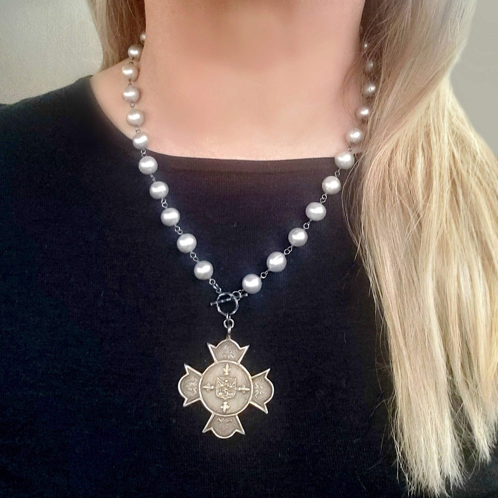 Silver tone chain necklace and pendant with Pearl Miyuki