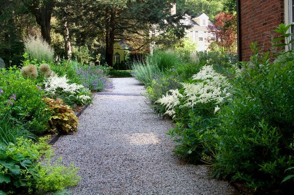 Un Parterre De Fleurs Autour De L Allee En Cailloux Parterre De Fleurs Jardin Moderne Deco Jardin