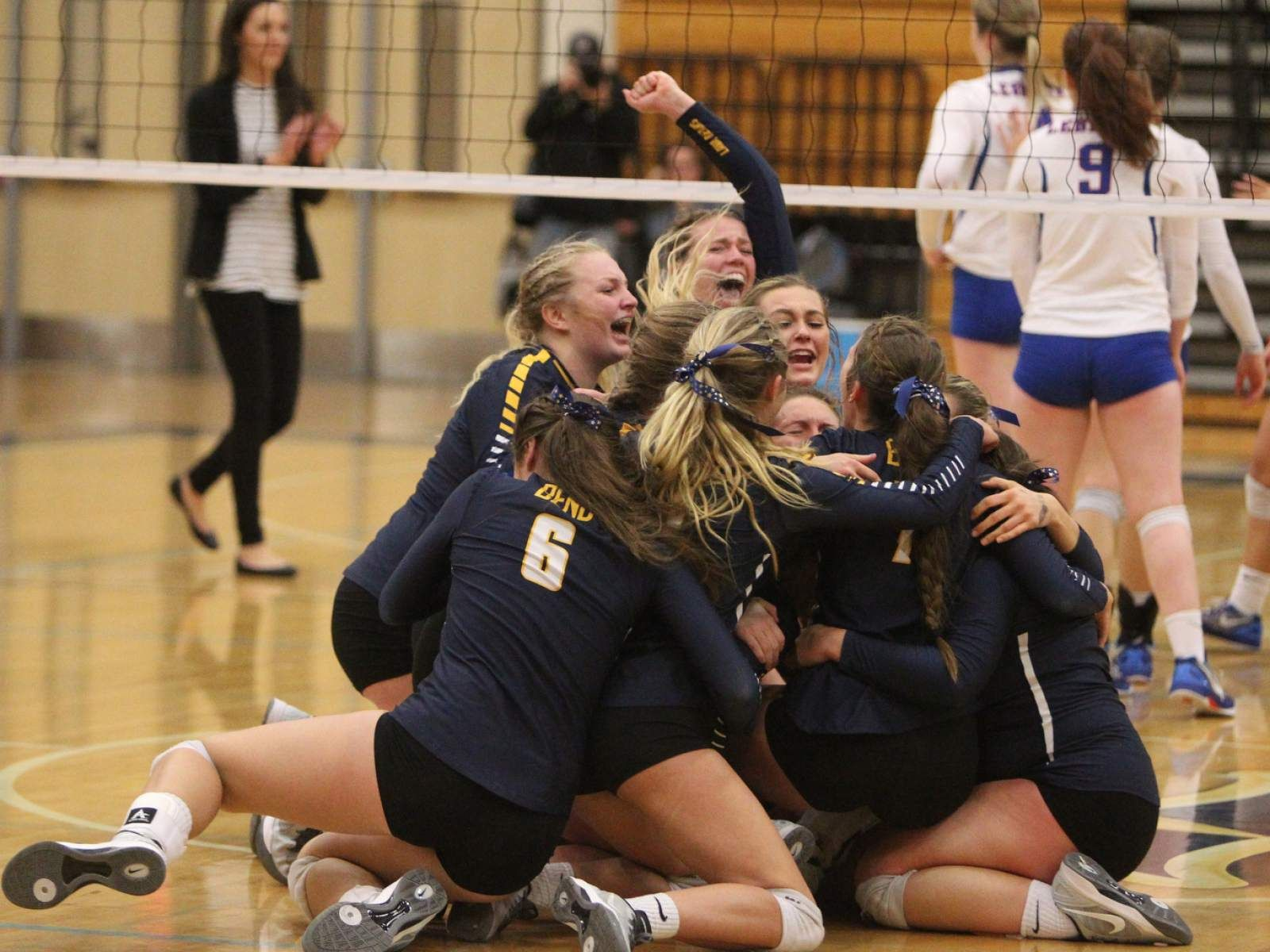 Bend Players Dogpile On The Court After Winning The Class 5a State Volleyball Championship 3 0 Over Leba High School Sports Liberty High School Sports Pictures