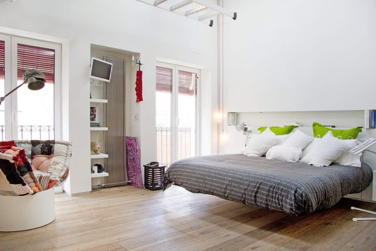 camera da letto matrimoniale con letto sospeso Fluttua e poltroncina ...