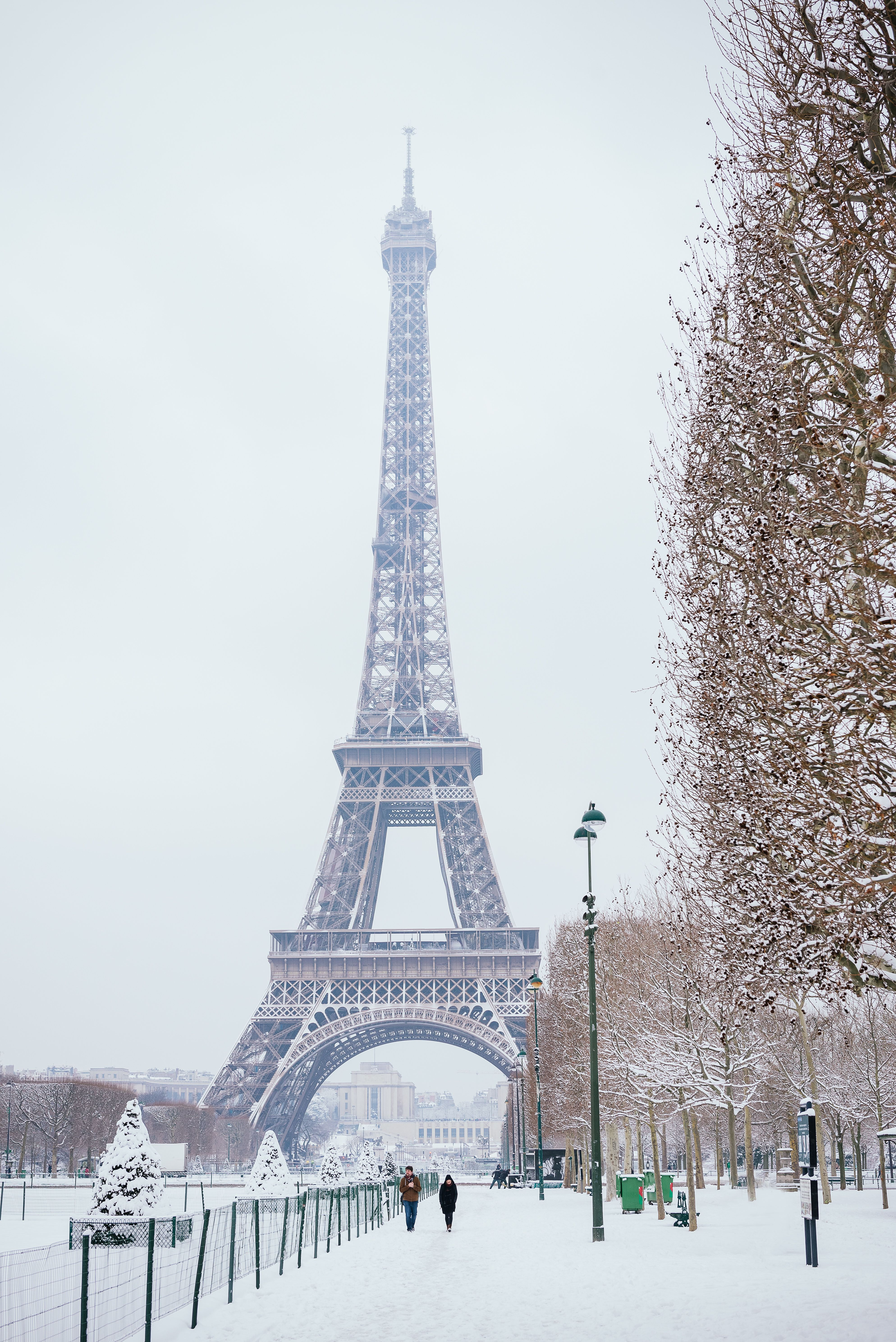 Snow white blanket in Paris at the Eiffel Tower ...
