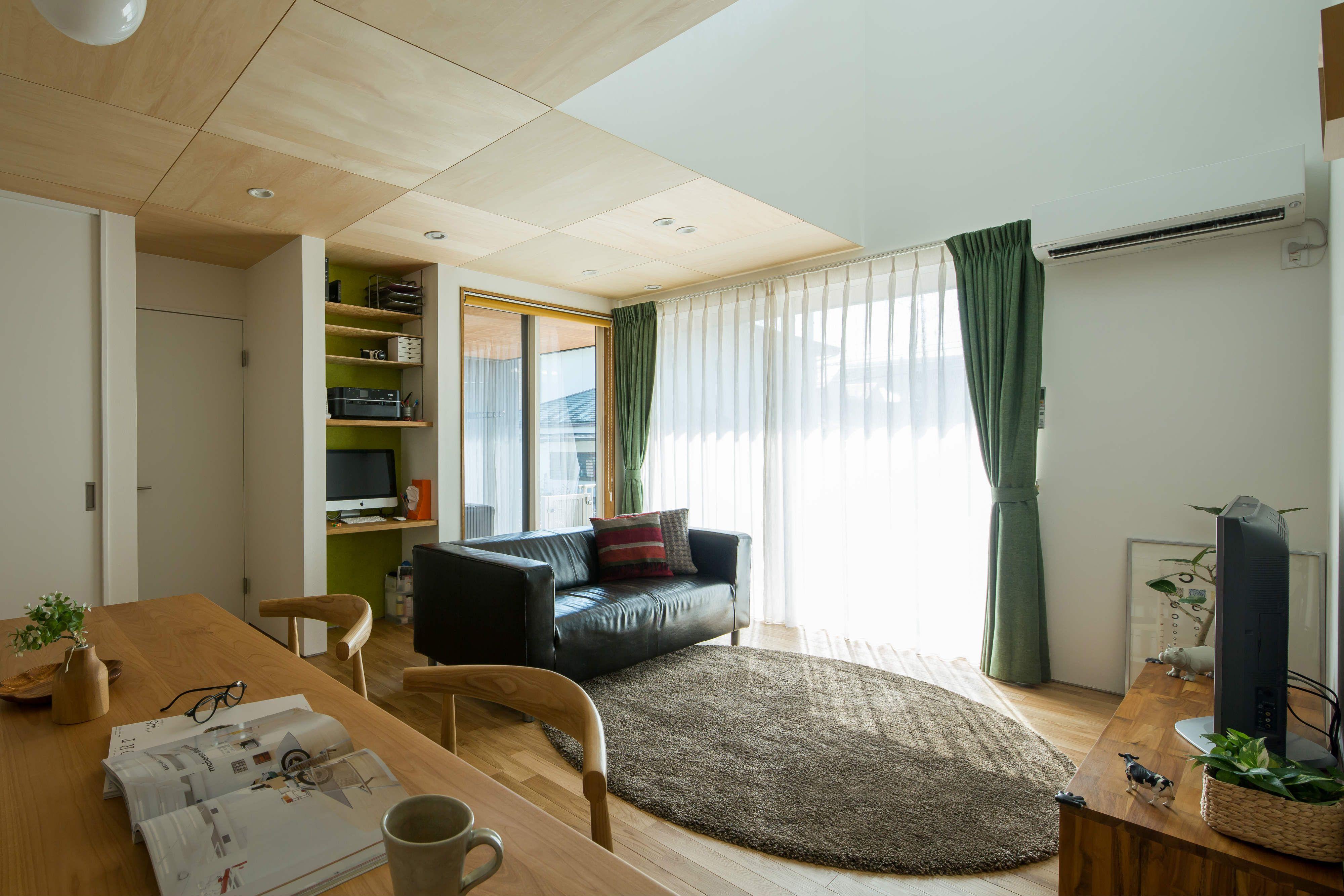 主張しすぎないシナの木目が優しい天井 無垢フローリングには 耐久性