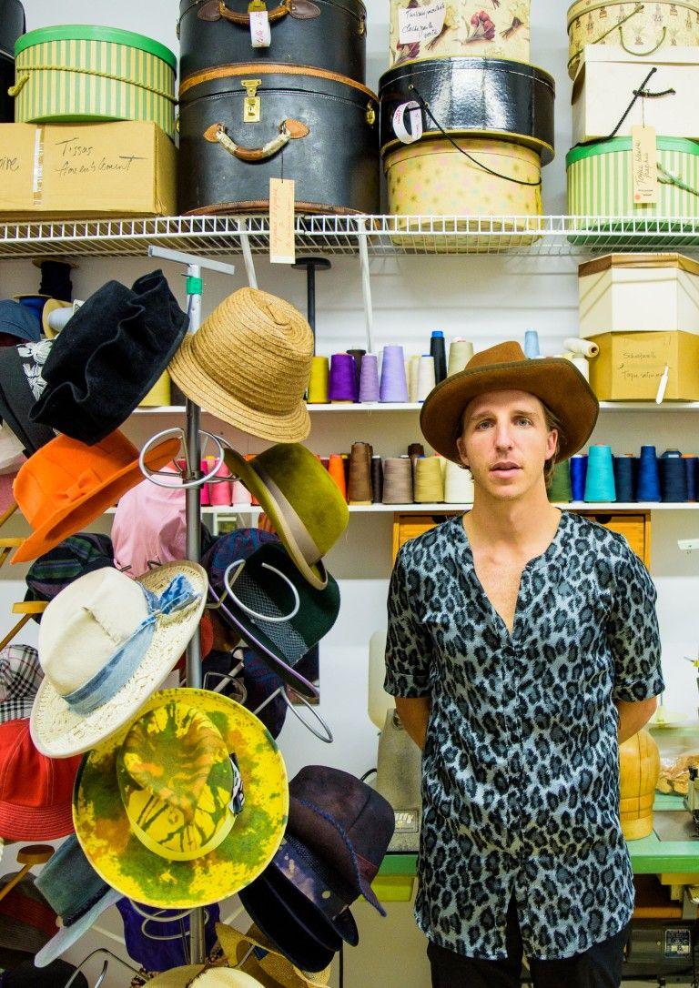 Alex Surprenant crée des chapeaux excentriques et personnalisés depuis automne 2016.