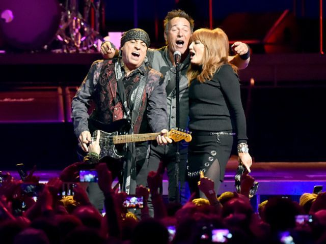 Bruce Springsteen and mom shake their tushes at Garden