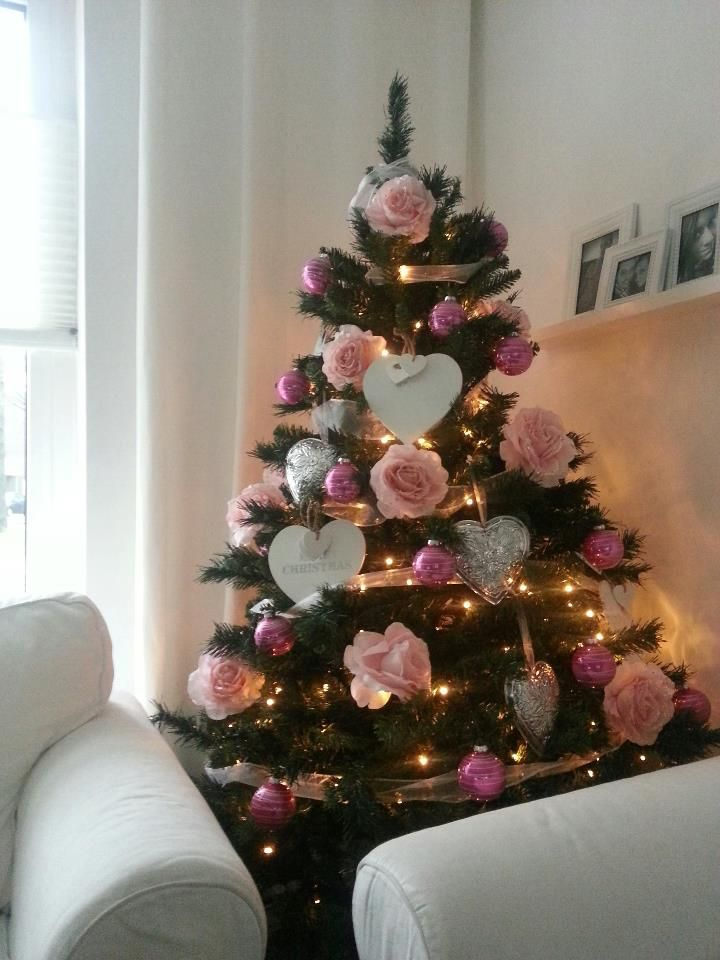 Is Het Kerst Dan Mag In De Woonkamer De Kerstboom Niet Ontbreken Leenbakker Roze Kerst Versierde Kerstbomen Kerstboom Versieringen