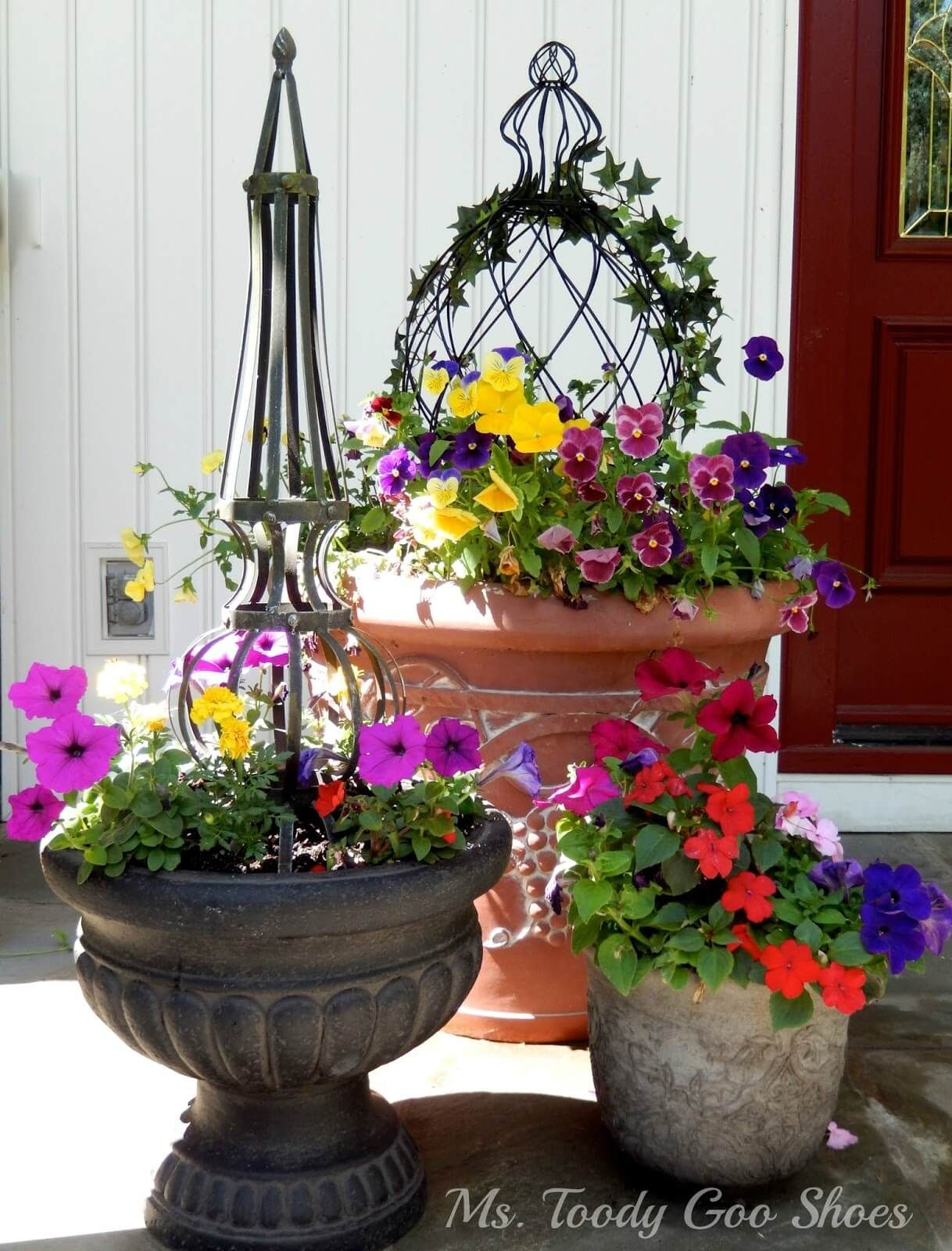 29 pretty front door flower pots that will add personality to your home flower summer and gardens. Black Bedroom Furniture Sets. Home Design Ideas