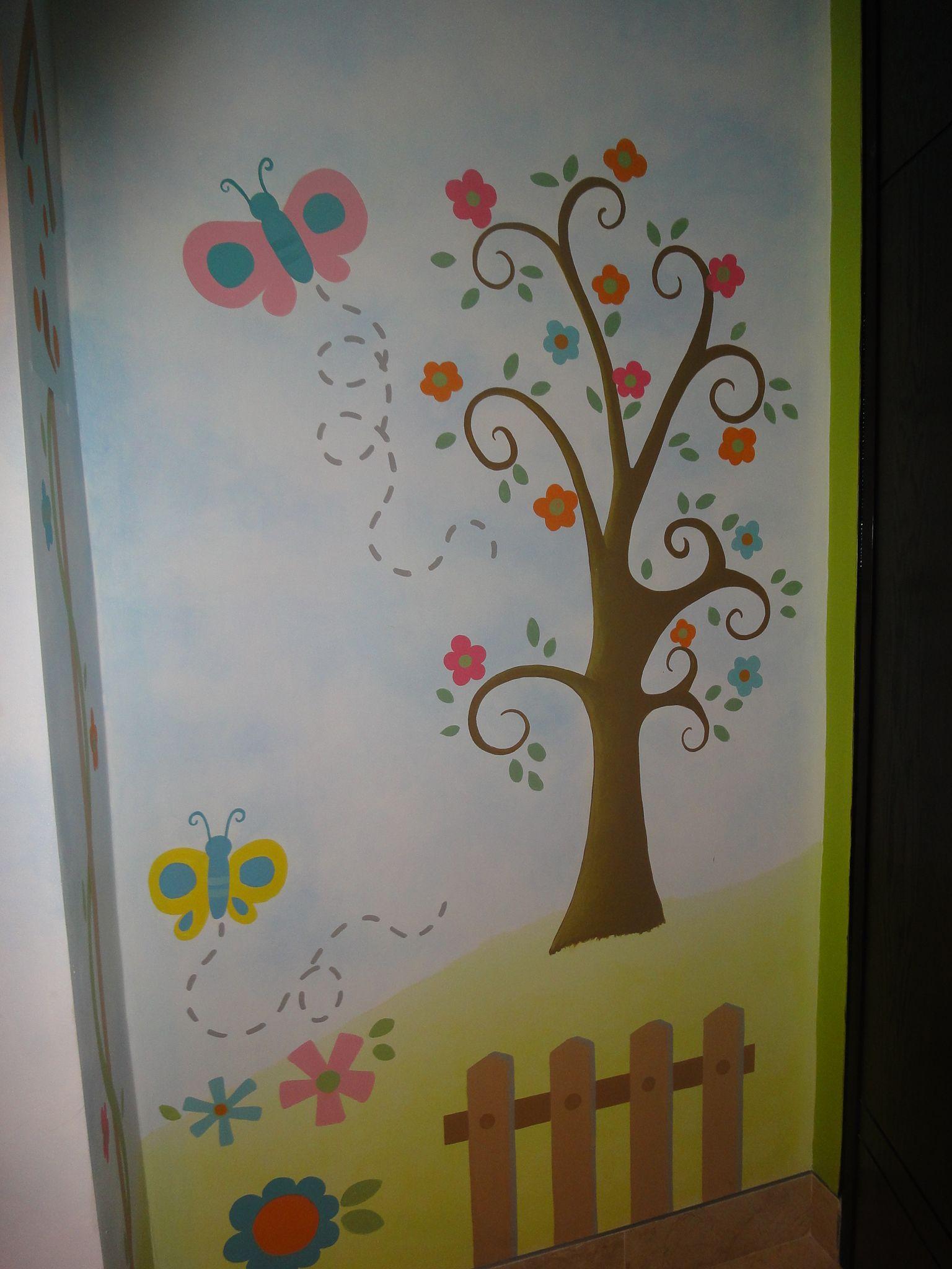 Pared pintada con arbol y mariposas cuartos de ni as - Decoracion paredes habitacion nina ...