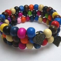 Bracelet en perles de bois multicolores sur fil mémoire, par Boutique Astrallia : http://www.alittlemarket.com/boutique/boutique_astrallia-221905.html