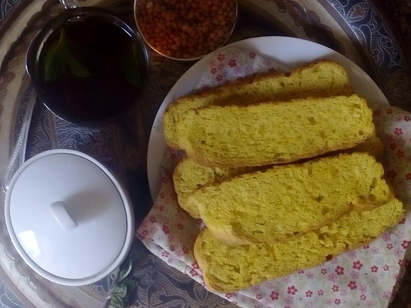 Rezept für ägyptischen Zwieback- Fayesch - Ka'araish. Typisch gelbes getrocknetes Brot mit Mahlab. Rezept aus Ägypten.