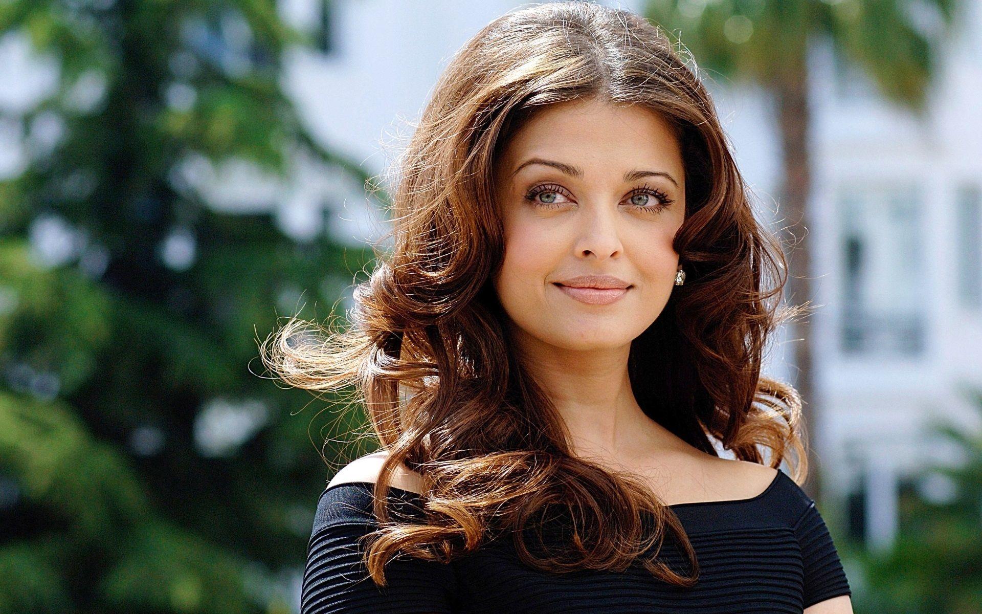 Top 25 Best Aishwarya Rai Wallpapers Hot And Hd Aishwarya Rai Hairstyle Aishwarya Rai Wallpaper Beauty