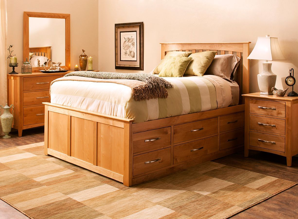Everitt Queen Bedroom Set in Natural Alder This 4piece