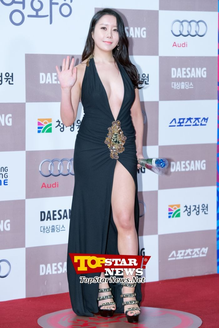 Ha Na Kyung Dominating Attention With A Daring Dress Red Carpet Of The 33rd Annual Blue Dragon Awards