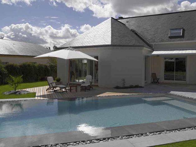 Plage et terrasse de piscine en pierre | Piscines Carré Bleu | Idées ...