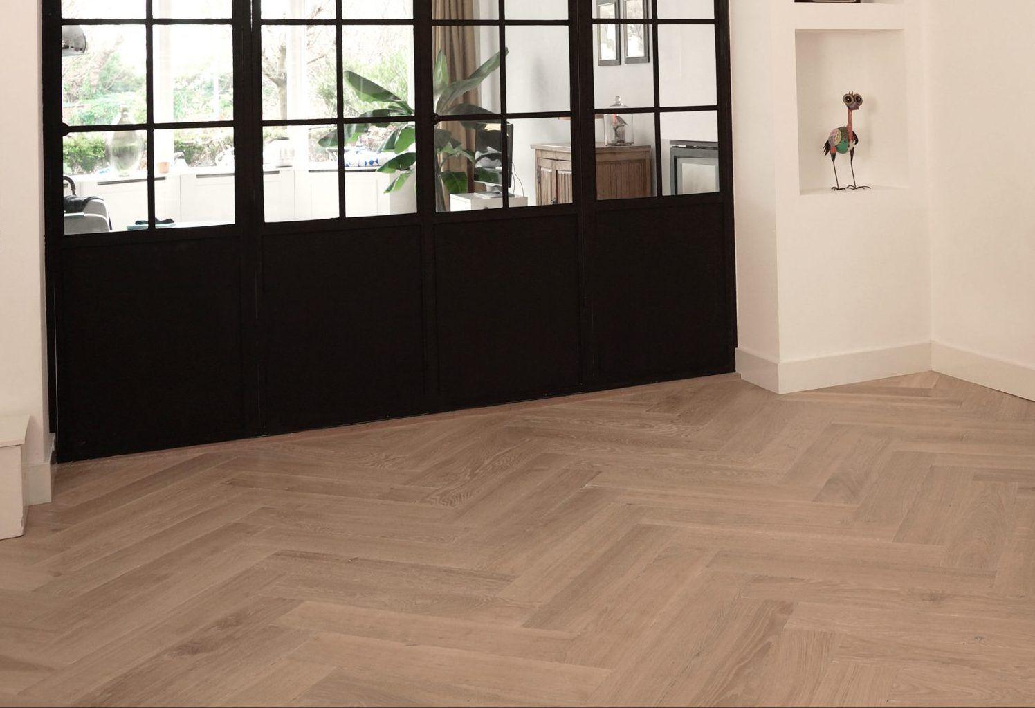 Blanke visgraat vloer in modern interieur openhaard en woonkamer