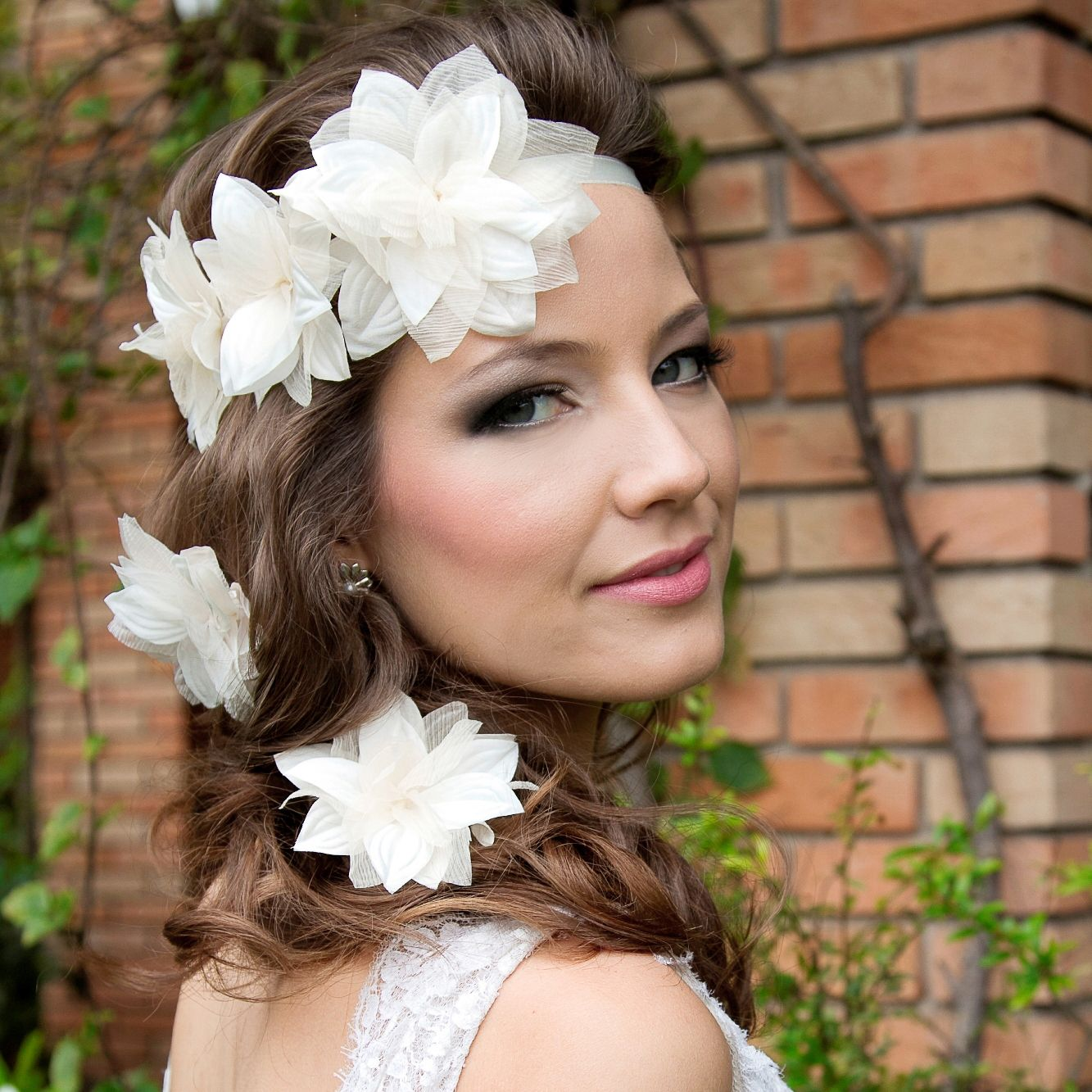 Headbands de flores são perfeitas para casamentos despojados pela manhã ou tarde. Foto: Taciana Valadares www.mercedesalzueta.com.br