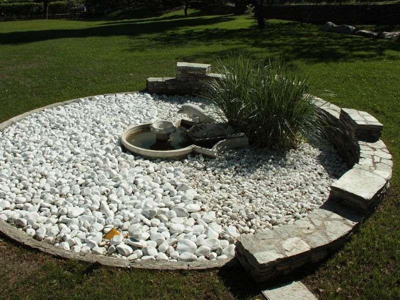 Decorare il giardino con i sassi ischia pinterest - Giardini decorati con sassi ...