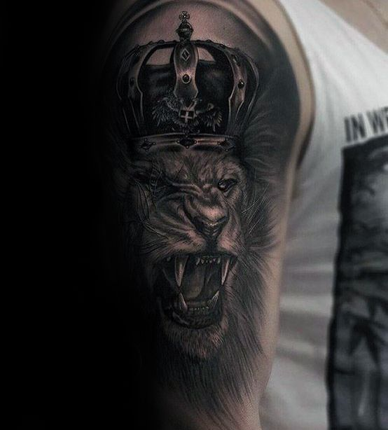 50 Lowe Mit Krone Tattoo Designs Fur Manner Konigliche Ink Ideen