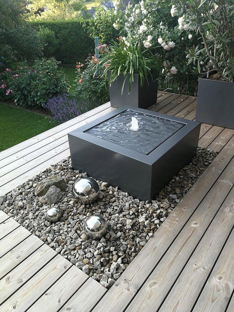 Moderner Aluminium Zierbrunnen Als Wassertisch Auf Einer Holz Terrasse Slink Ideen Mit Wasser Wasserspiel Garten Garten Gartenbrunnen