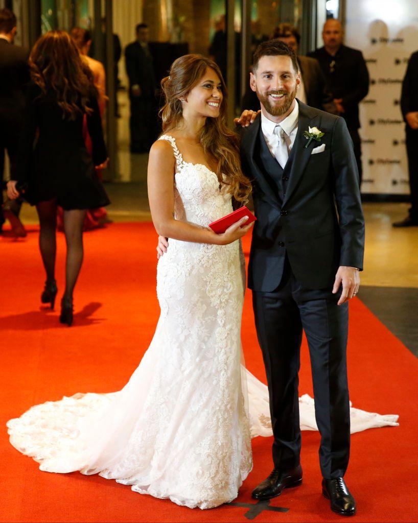 Rosario Argentina June 30 Lionel Messi And Antonela Rocuzzo Pose For Pictures During Lionel Messi And Antonela Rocuzzo S Coole Kleider Hochzeitsanzug Fotos