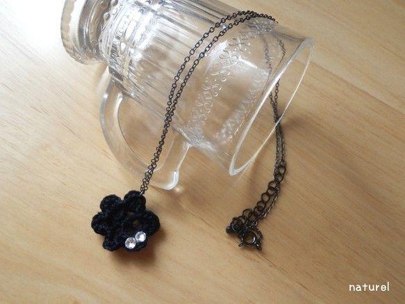 黒いレース糸で編んだ花にラインストーンをつけたネックレスです。*花モチーフサイズ約2.5cm、ネックレスチェーン約46cm(アジャスター込)  *黒ニッケルの...|ハンドメイド、手作り、手仕事品の通販・販売・購入ならCreema。