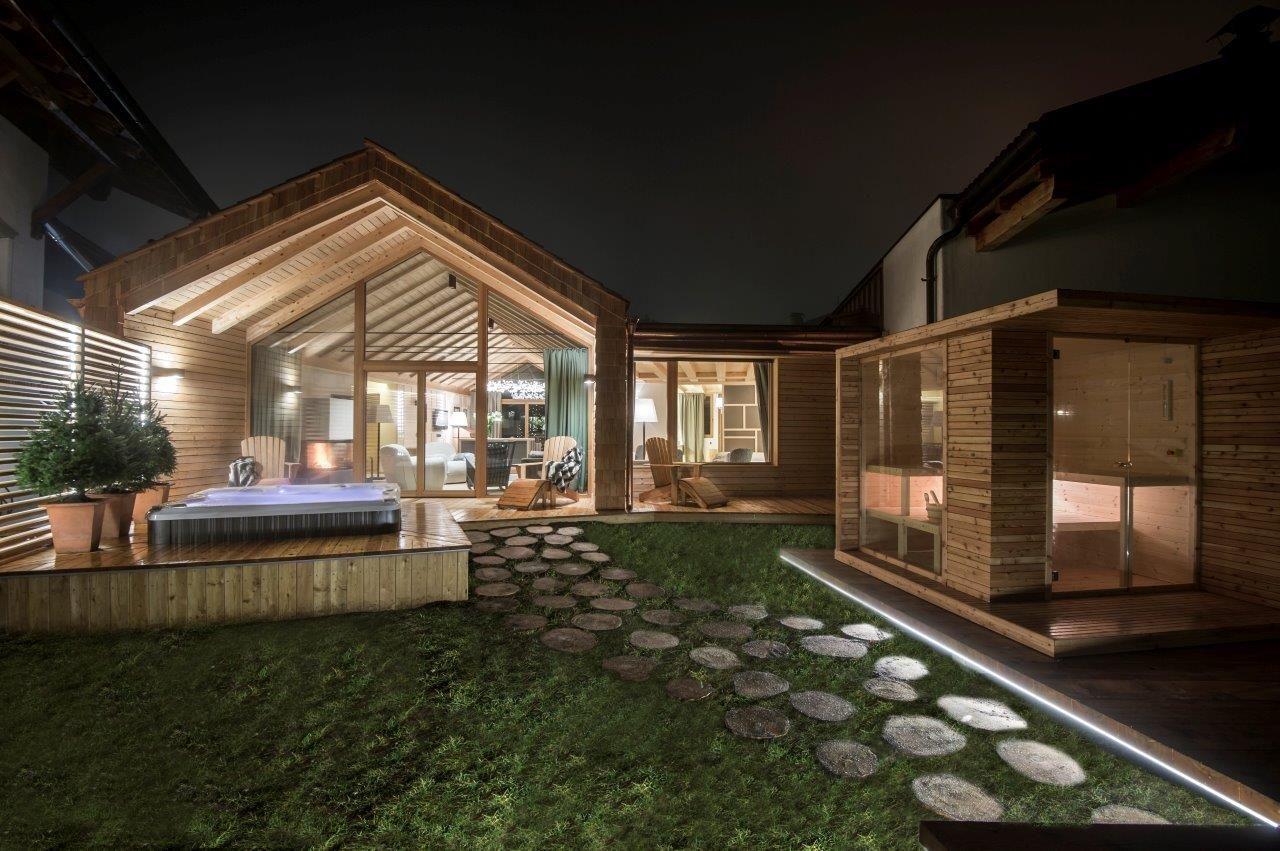 2 2 spa encastr dans la terrasse d 39 un chalet chalet zeno. Black Bedroom Furniture Sets. Home Design Ideas