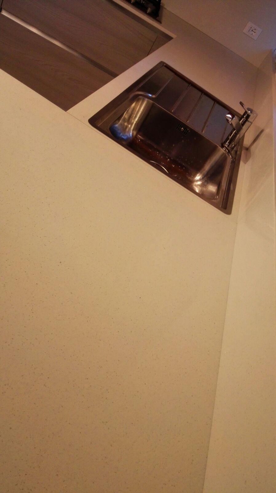 Piano in quarzo bianco stella specchi realizzato a Montaner | Di ...