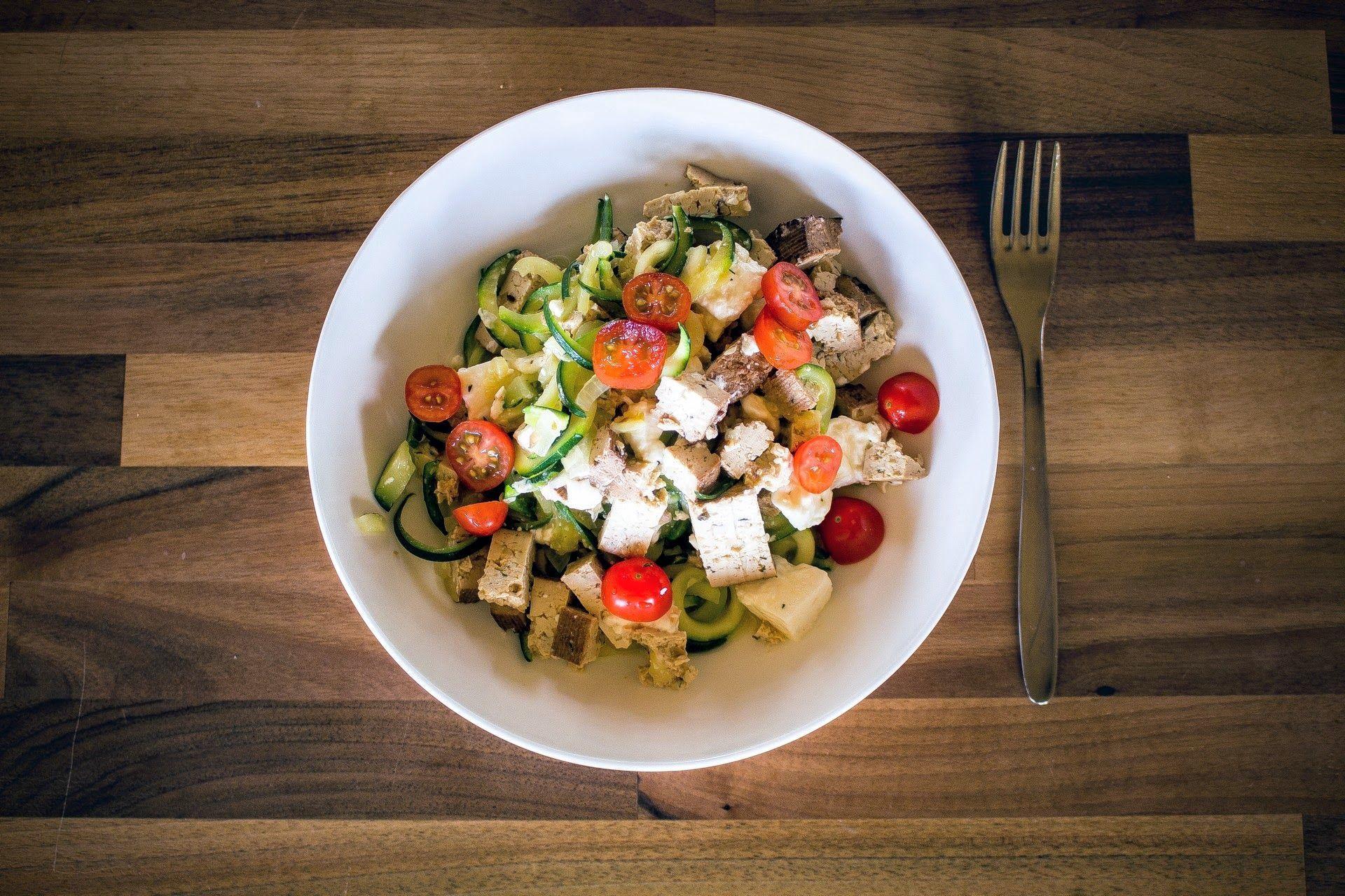 Low Carb Ideen - Zucchinispaghetti mit Räuchertofu, Feta und Datteltomaten - photography - food Ⓒ PASTELPIX