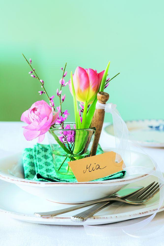 Ein persönliches Blumenarrangement für jeden Gast: Dazu ein paar kurzgeschnittene Blumen in Schnapsgläser stellen und an einer runden Wäscheklammer (Bastelladen), mit Stoffband kleine Namensschilder befestigen und auf den jeweiligen Teller stellen. http://www.meine-familie-und-ich.de/ burdafood.net/Gaby Zimmermann