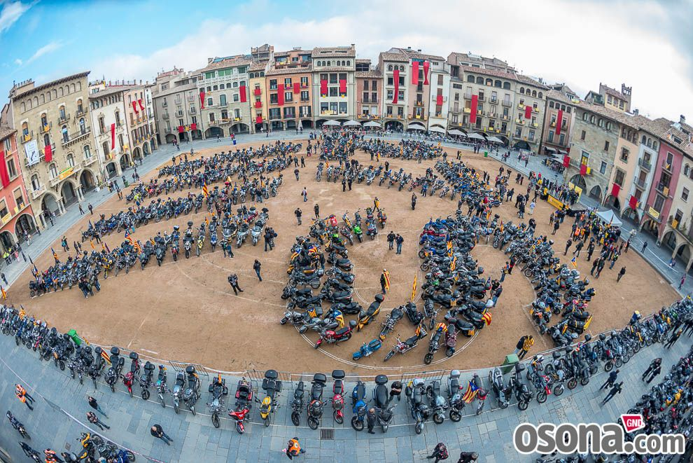 Osona.com: Diada Nacional 2015: concentració de motards independentistes a Vic - Foto 12 de 21 | Galeria de fotos