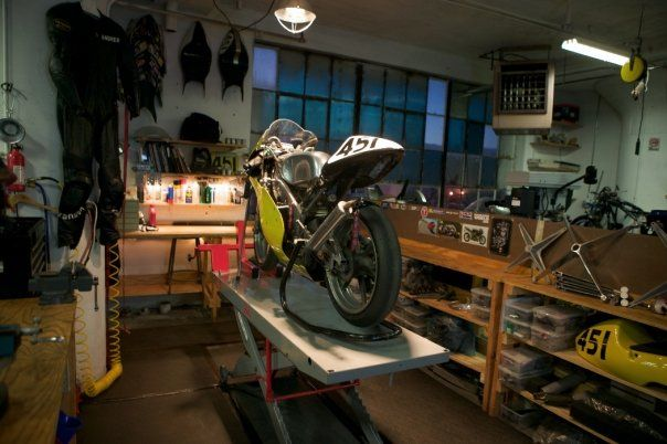 Perfect sized small motorcycle garage like the size like for Garage reparation moto