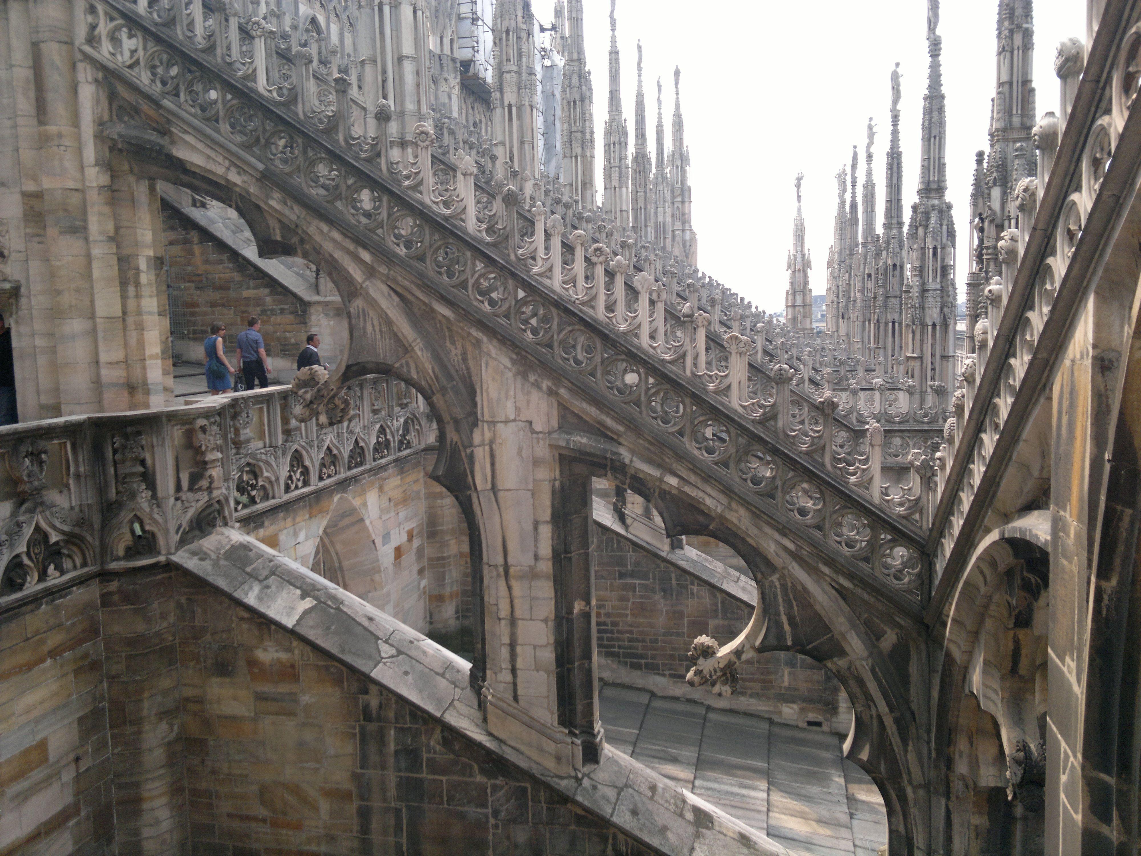 Salire sul Duomo di Milano é una delle migliori possibilit di godersi Milano dall alto Le Terrazze hanno una superficie di 8000 mq dove puoi ved…
