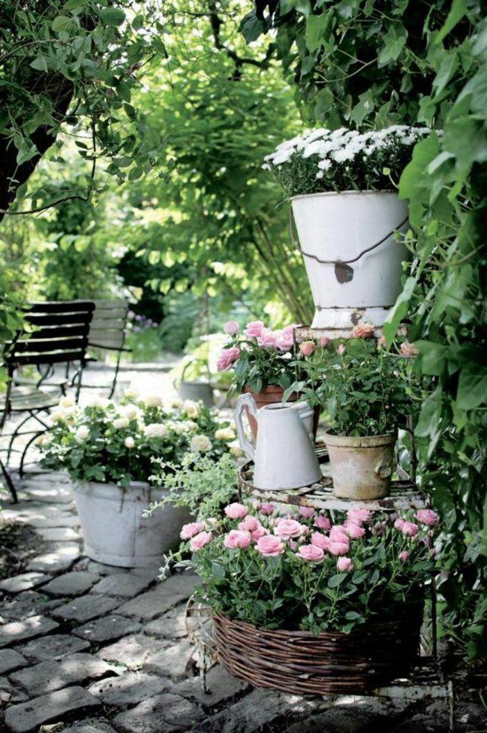 Vintage Deko Lasst Den Garten Charmanter Und Weiblicher Erscheinen Garten Deko Shabby Chic Garten Garten