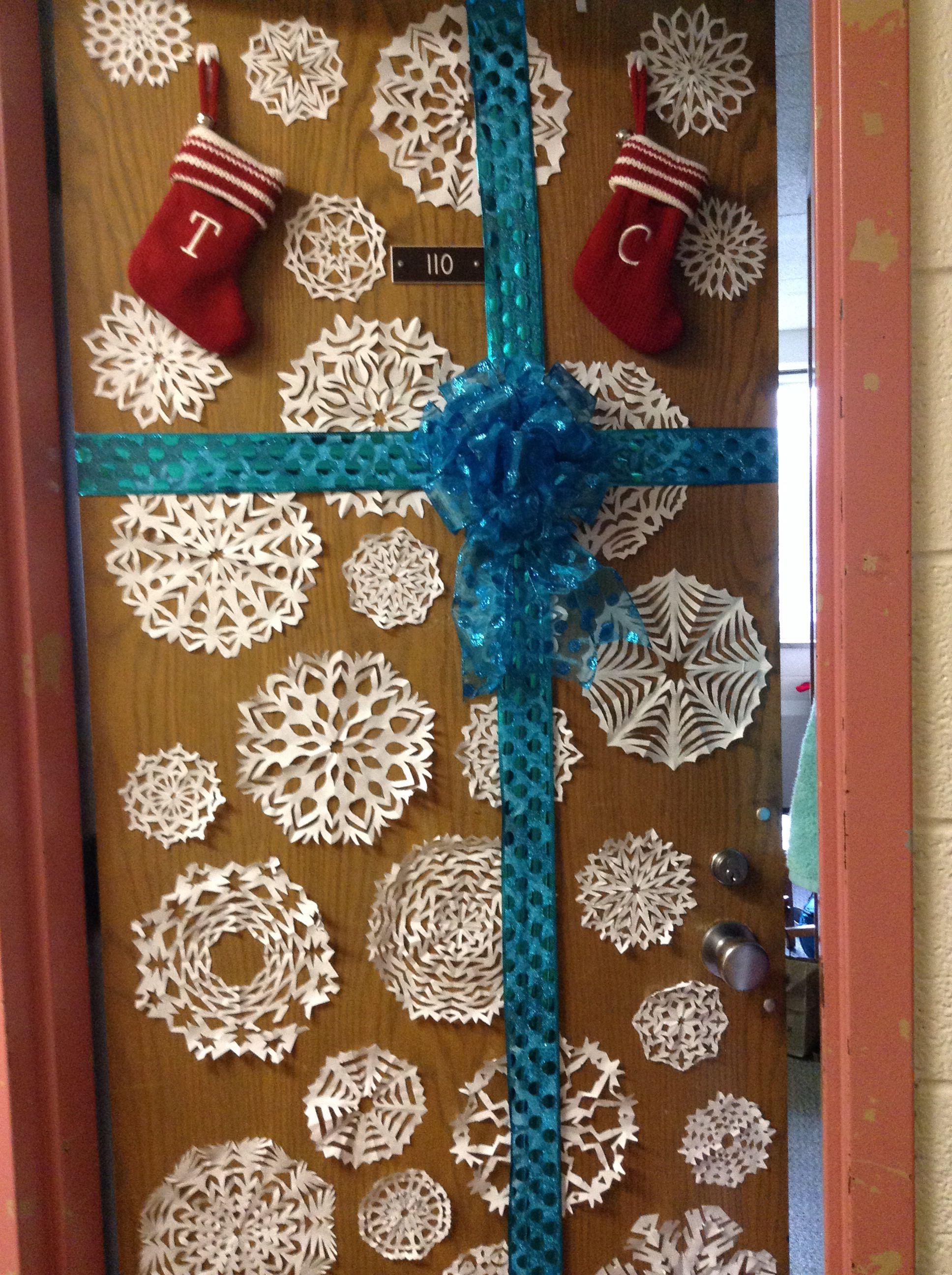 Dorm door decoration for winter