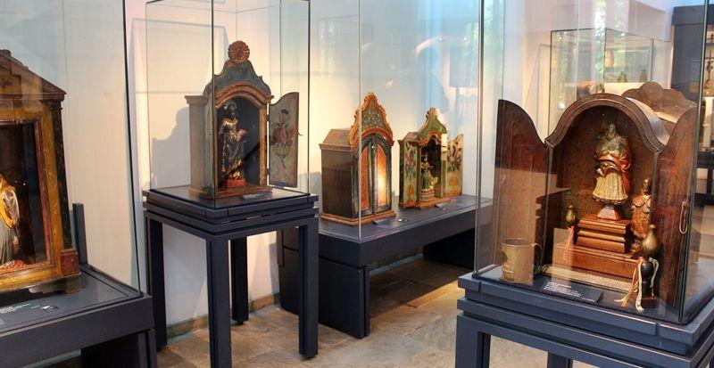 Oratórios afrobrasileiros eram confeccionados pelos escravos e tendo santos negros representados. Estes estão expostos no Museu do Oratório, em Ouro Preto.
