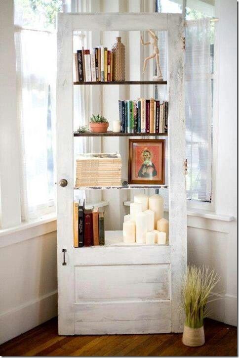 Bücherregal aus einer alten Tür.
